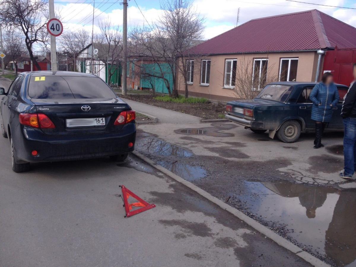 В Таганроге водитель «ВАЗ-21053», двигаясь задним ходом, протаранил Toyota Corolla