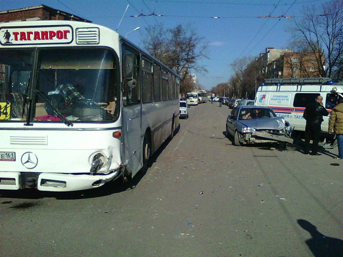 В Таганроге Hyundai Accent лоб в лоб врезался в автобус Daimler-Benz