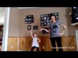 Мама танцует с дочкой