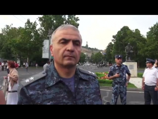 Первый заместитель министра внутренних дел Армении Унан Погосян на проспекте Маштоца в Ереване 26 июня 2015 года