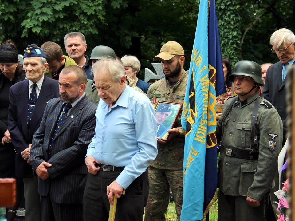 Украинские нацисты хоронят своего героя.