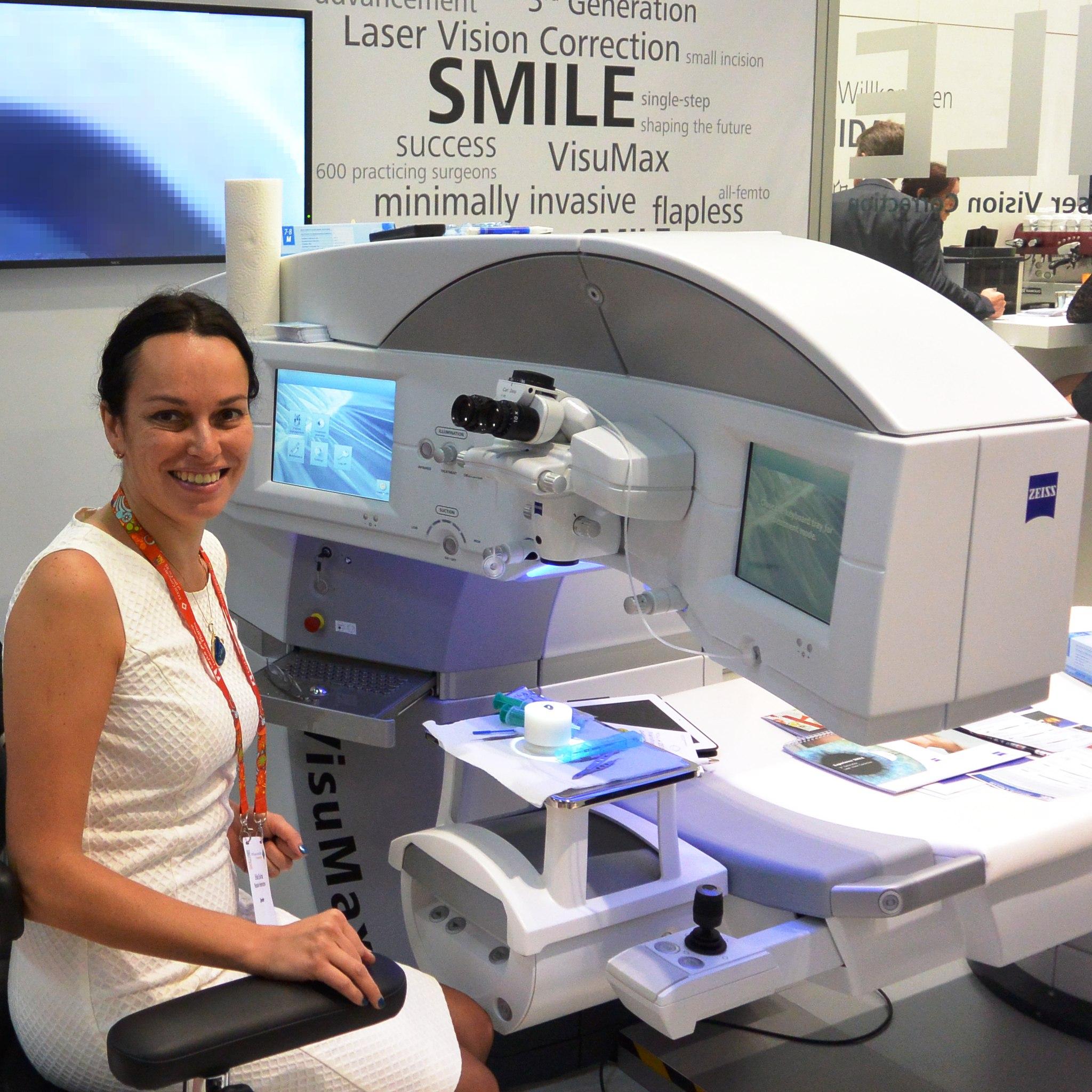 Профессор Эскина в лаборатории на конгрессе офтальмологов в Барселоне объясняет коллегам, как достигать 100% зрения при помощи лазера VisuMax Zeiss. Сентябрь 2015.