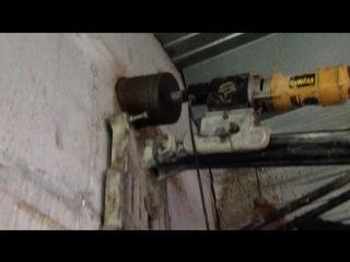 Алмазное бурение отверстия в бетонной стене коронкой диаметром180мм под воздуховод газового котла отопления.