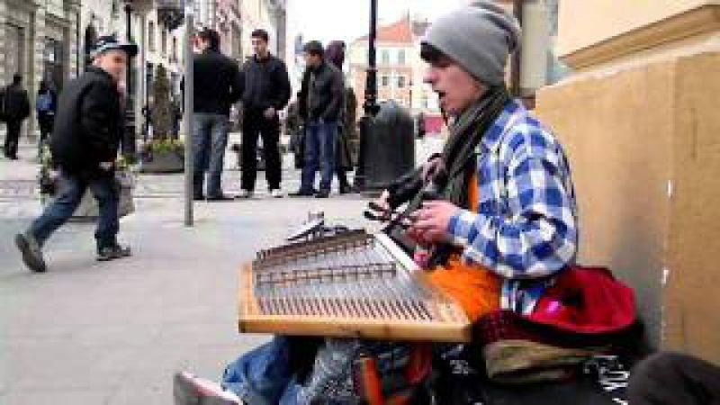 Юрко Рафалюй грає на цимбалах у центрі Львова