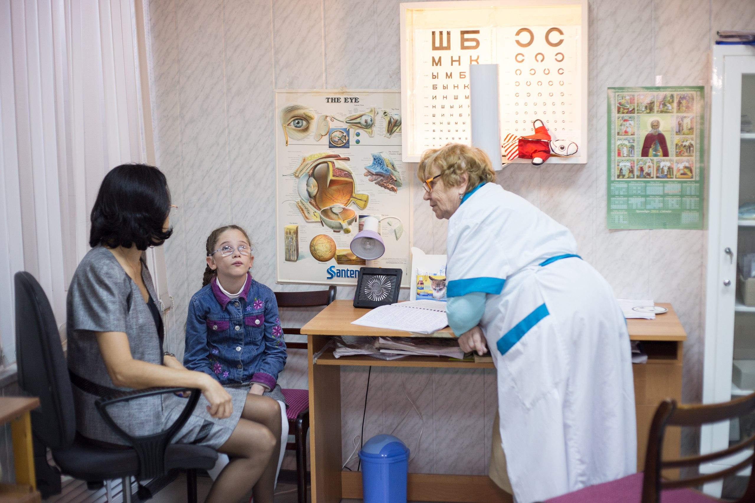 Проф. Эскина осматривает девочку с врожденной ретинопатией Фото moviemoscow.ru