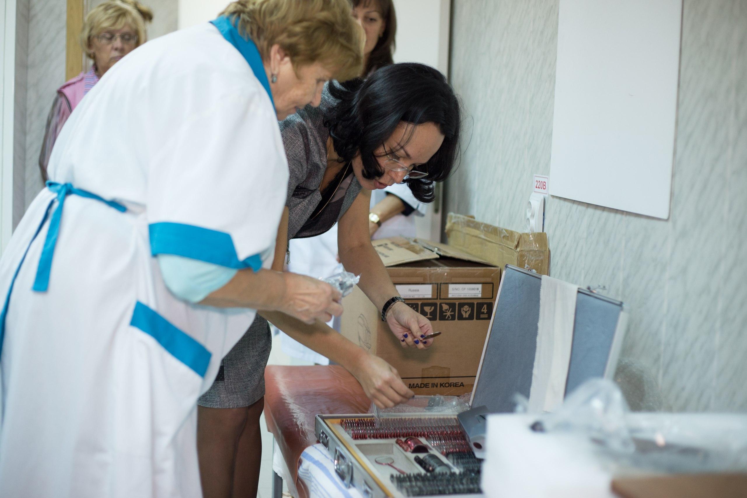 Профессор Эскина показывает офтальмологу детского дома новый набор линз Фото moviemoscow.ru