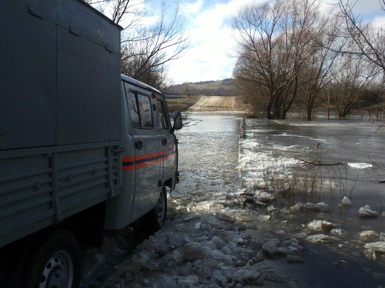 Спасатели Ростовской области доставили продукты питания в «отрезанный водой» хутор