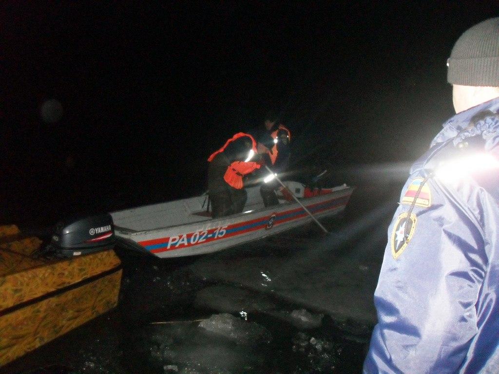 Ростовские спасатели сняли с оторвавшейся от берега льдины 16 рыбаков
