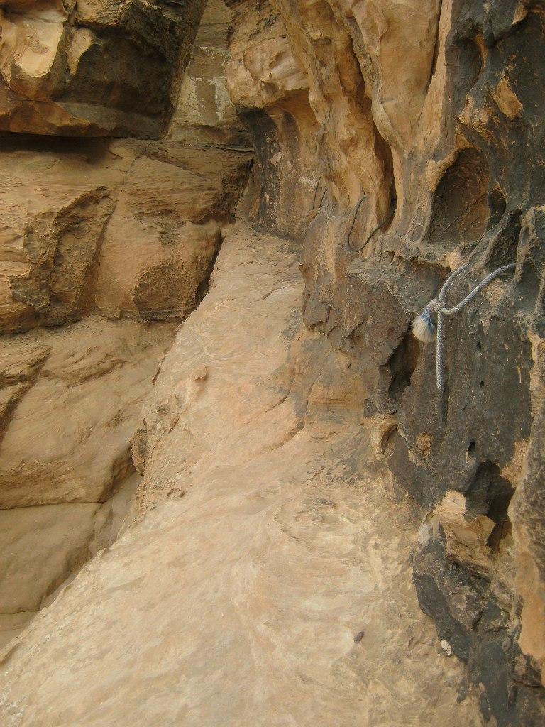 тропу по скале с верёвками в Вади Рам