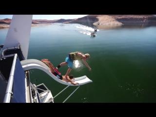 Экстремальные прыжки в воду с разными трюками
