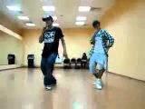 два парня танцуют
