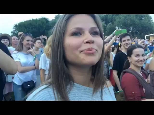 Звезда клипа Экспонат Юлия Топольницкая на концерте Ленинграда. Отжигает :)