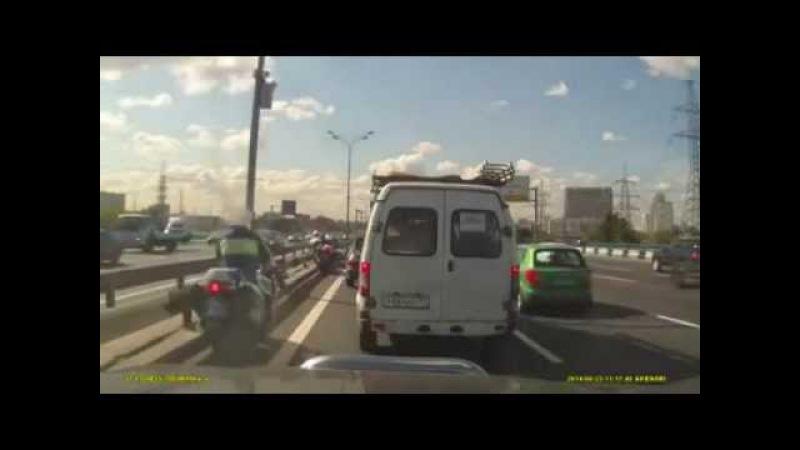 Москва МКАД Водитель открыл дверь и подбил мотоциклиста сотрудника ДПС