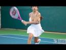 Девушка с большими сиськами играет в теннис