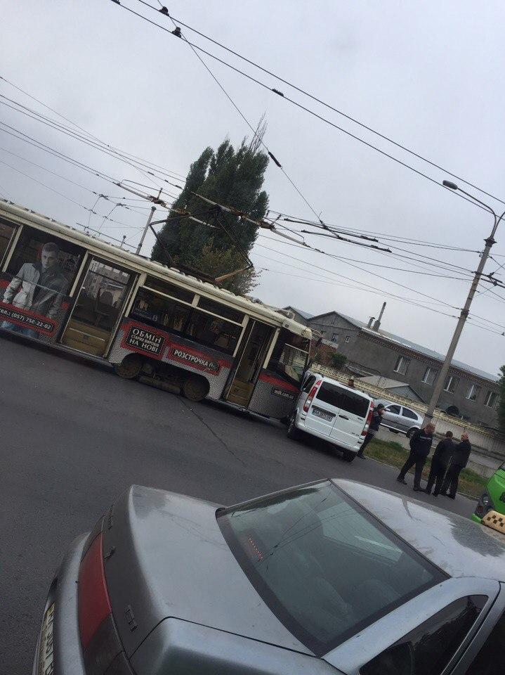 У Харкові трамвай врізався в мікроавтобус - фото 1