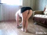Снимаю,как моя жена с большой задницей и волосатой киской моет пол Busty wife with big ass washes floor without panties. Upskirt