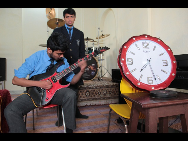 WORLD'S FASTEST GUITAR PLAYER - 1600 BPM(OFFICIAL WORLD RECORD) CLOCK AND BODY MOVEMENT