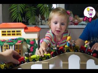 Играем в железную дорогу из Икеи, кукольный домик Плеймобил и Лего Дупло в Городе Игрушек