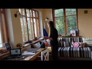 Мария Пожидаева репетирует в хостеле Смайл