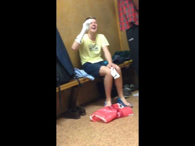 Пацан играет с носком в раздевалке