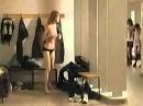 Девушка разделась до гола в мужской раздевалке