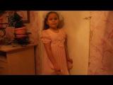 дочка Алёна поёт песню