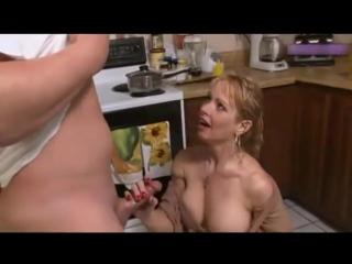 Порно кончил в писю маме друга своего