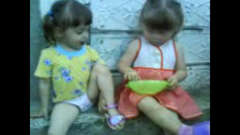 соня кормит сестрёнку