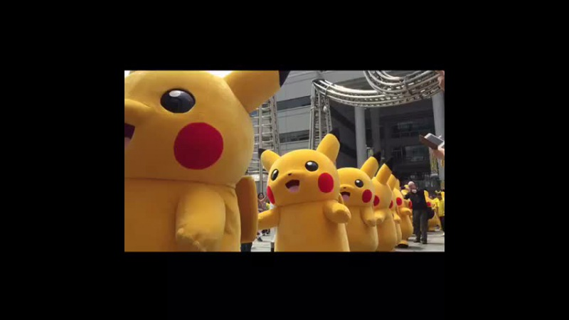 Parade of Pikachu in Japan.Pokemon ピカチュウ大行進、11:30スタート!