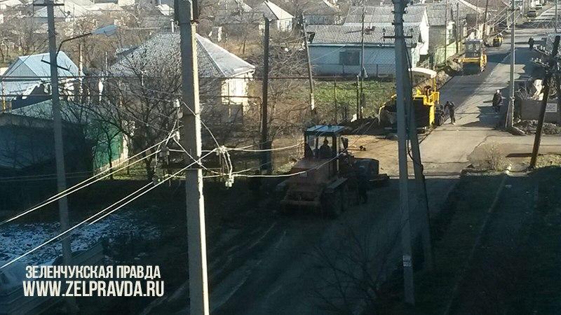 В станице Зеленчукской проводится замена дорожного покрытия по улице Гвардейская