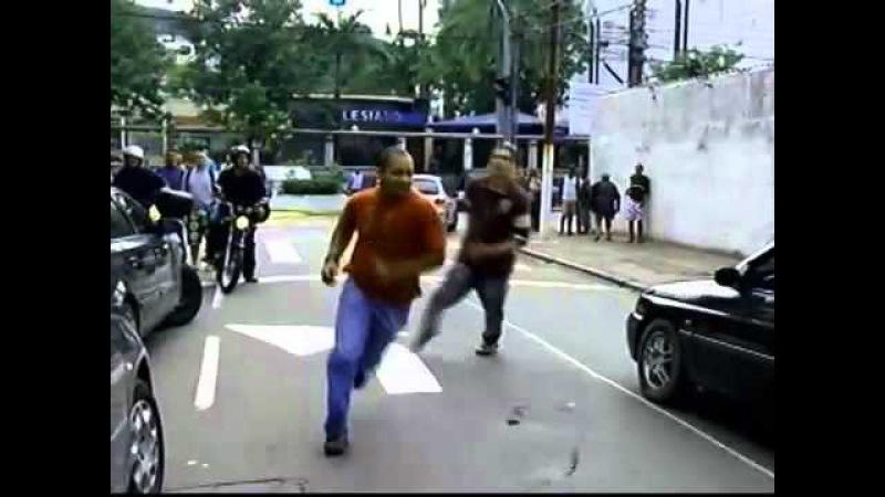 Motorista bêbado bate em carro de policial e inicia briga UOL Notícias