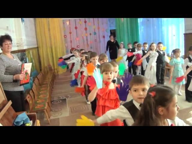 Яркий вход на утреннике в детском саду Разноцветные ладошки