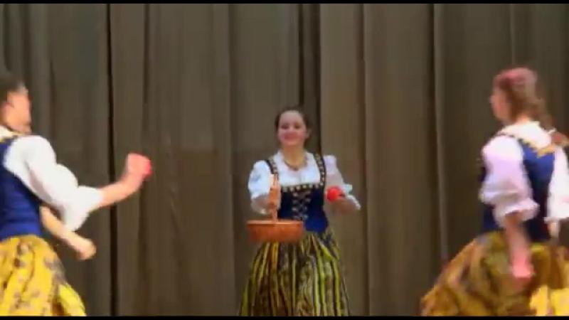 Deutsche Танец с яблоками