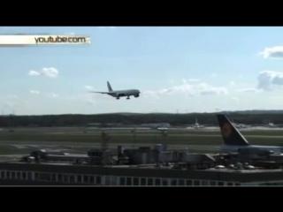Самолет превратился в груду металла при посадке в аэропорту Франкфурта