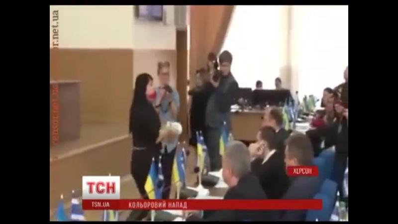 Екс-регіонала і колишнього голову Херсона Володимира Сальда облили червоною фарбою