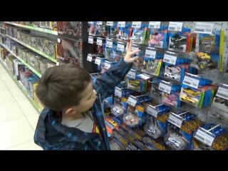 Макс в магазине игрушек покупает 40 моделей машин Хот Виллс Buying 40 HotWheels cars in kids store