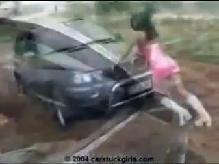 Девушки за рулём и в грязи