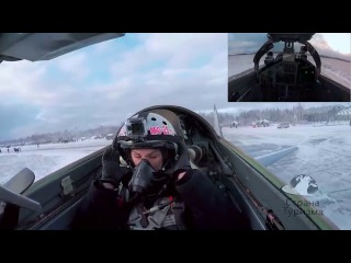 Невероятный полет красавицы из России на истребителе Миг-29!