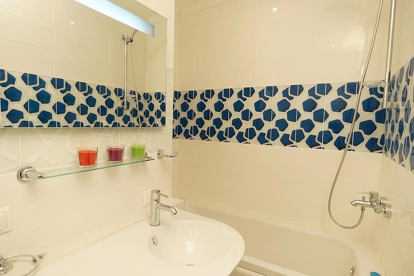 Квартира-студия 30 м в Красногорске с разворотом кухни и спальней за стеклянной перегородкой.