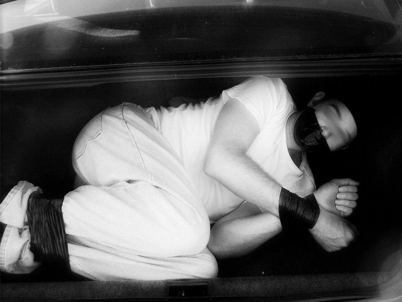 Супруги из города Таганрога вывезли горожанина в багажнике на кладбище и заставили рыть себе могилу