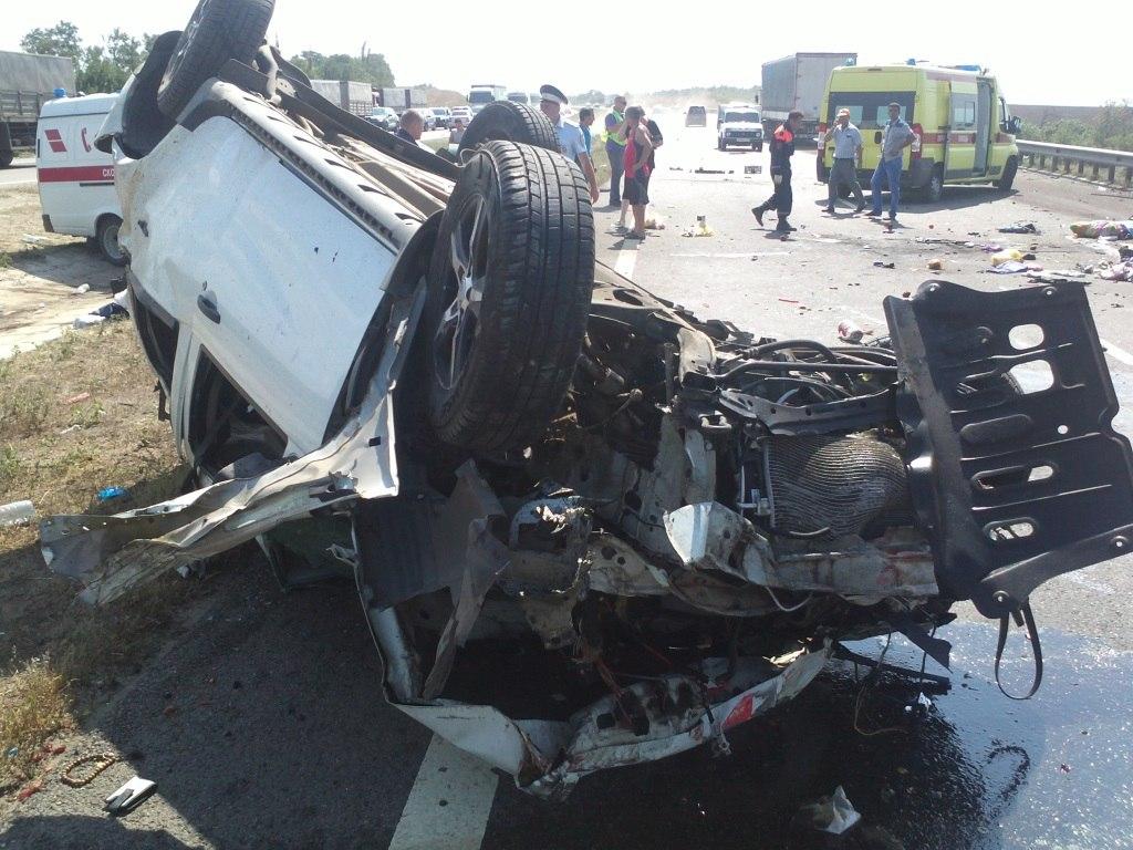 В Ростовской области в результате столкновения фуры и легкового автомобиля «Рено» погибла 7-летняя девочка
