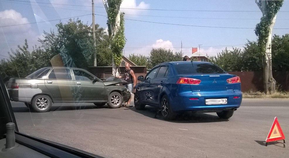 В Таганроге на Мариупольском шоссе столкнулись Mitsubishi Lancer и «ВАЗ-2110»