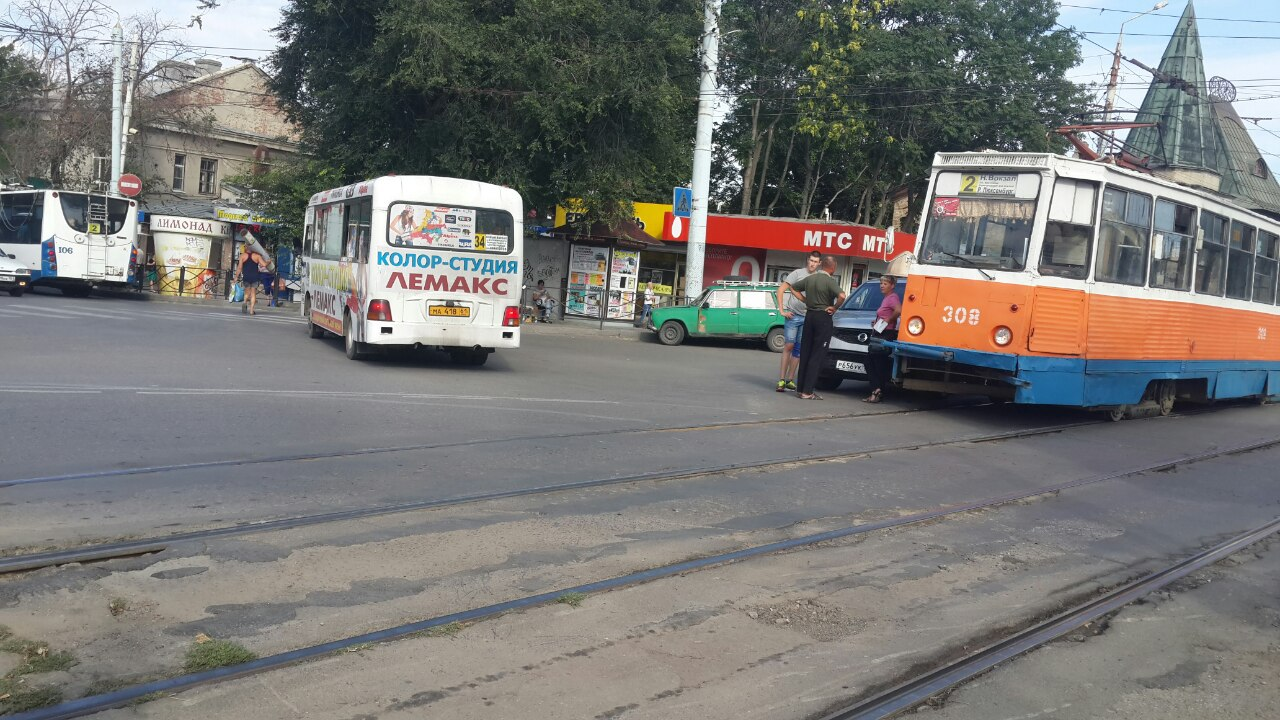 В центре Таганрога трамвай №2 протаранил иномарку