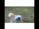 Малыш пытается попить воду
