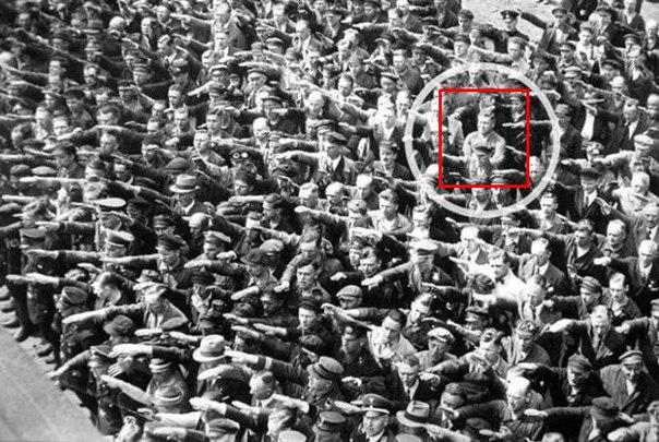 Эта фотография известна на весь мир, – она сделана 13 июня 1936 года, в