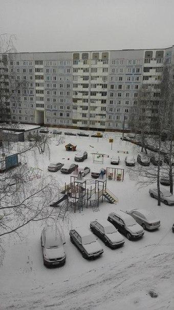 Жители Нижнекамска недовольны водителями, паркующими машины на детских площадках