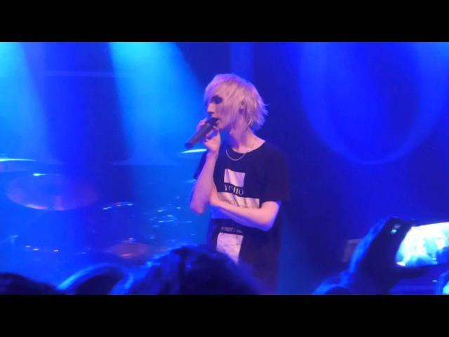 YOHIO avslutar konserten ROAD to DESISTANCE i Fryshuset 2015-10-03