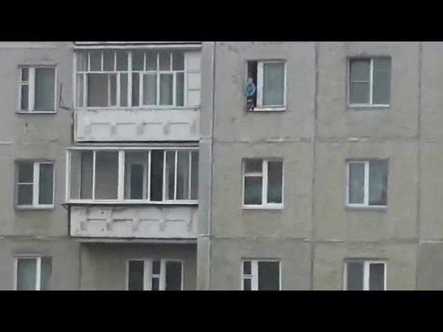 Ребенок Ходит по Карнизу на 8 Этаже Terrifying Video of Baby Walking on Window Ledge