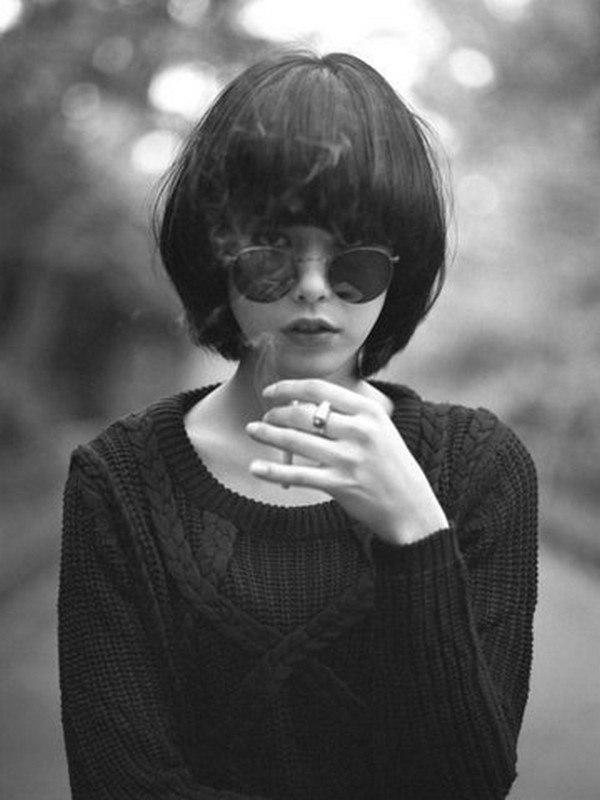 Фото со спины брюнетки с короткими волосами