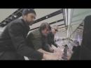 Зажигательное буги-вуги на пианино в аэропорту